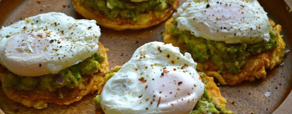 Mais taartjes met avocado en gepocheerd ei