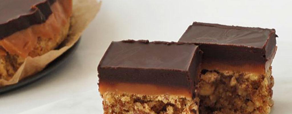 Cake met karamel en chocolade topping